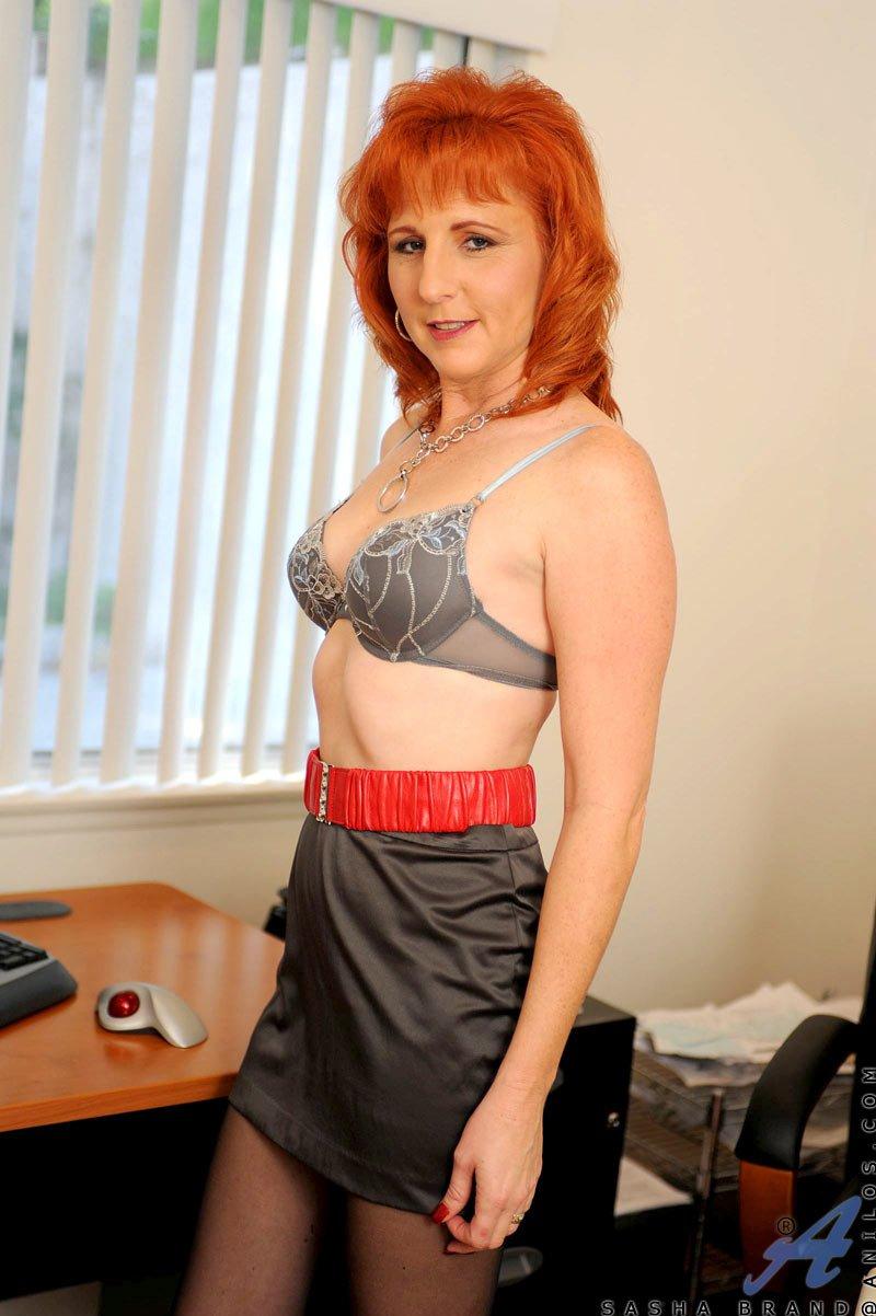 Леди-босс с рыжей прической Sasha Brand снимает одежду, делает селфи в колготках и развлекается дилдо