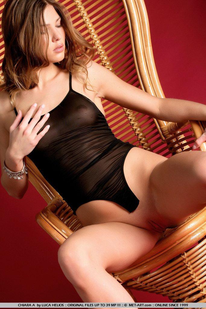 Рыженькая красавица Olivia La Roche снимает свой комбидресс и позирует в кресле
