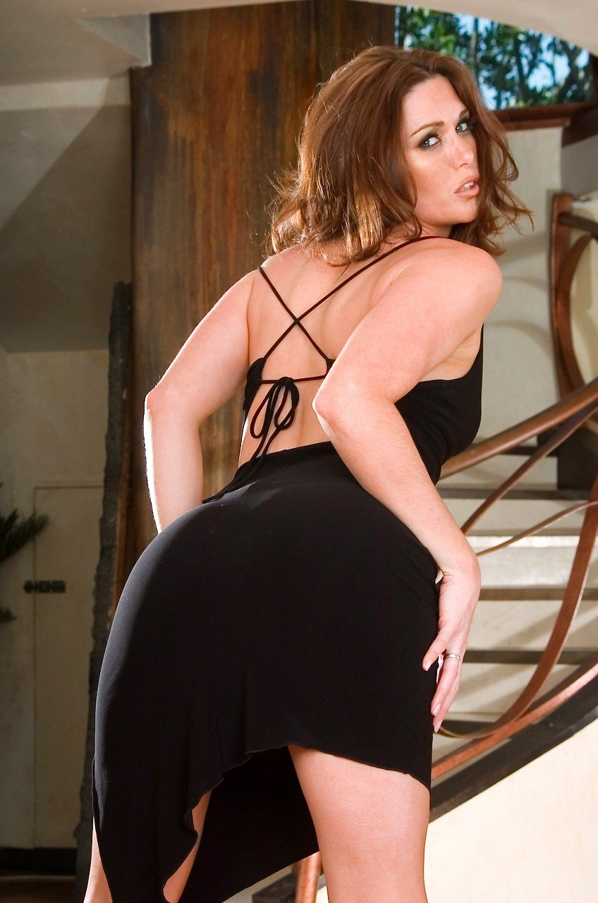 Рыжая Aimee Sweet возбуждающе хвастается в черном платье