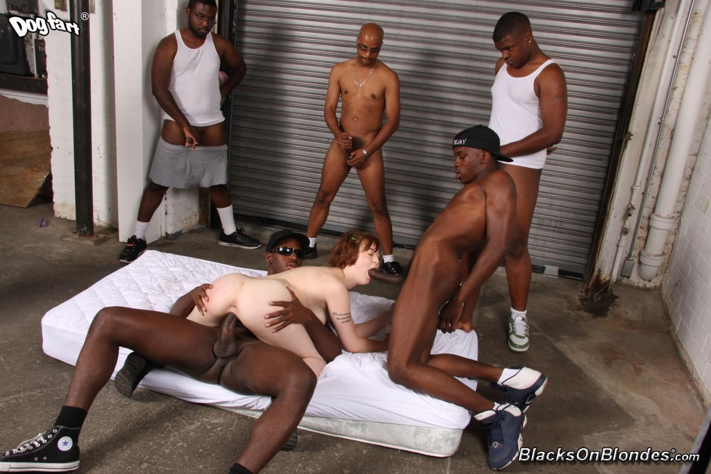 Пять черных юнцов с могучими фаллосами трахают рыжеволосую Julie Ellis и кончают на нее