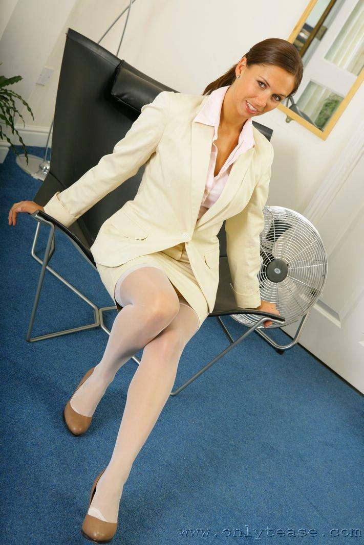 Горячая секретарша Louise L с удовольствием выставляет на всеобщее обозрение белье на балконе