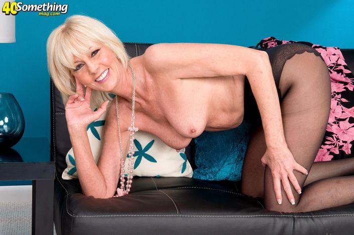 Соблазнительная тетка за 45-ть лет похотливо позирует на Фото порно ххх