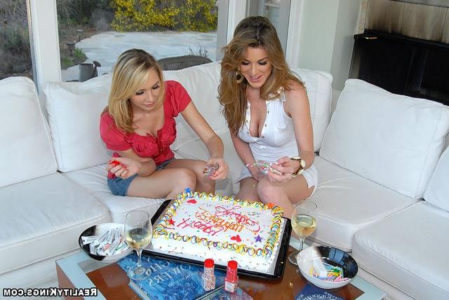 Кайла готовит тортик
