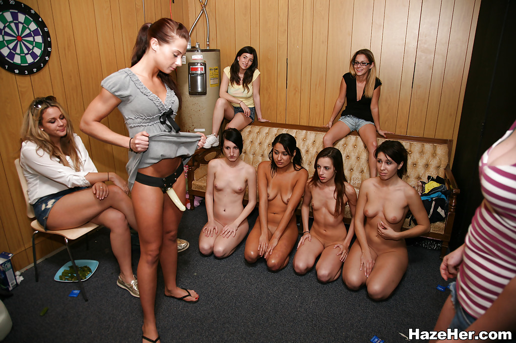 Несколько студенток перед камерой ласкают себя самотыками