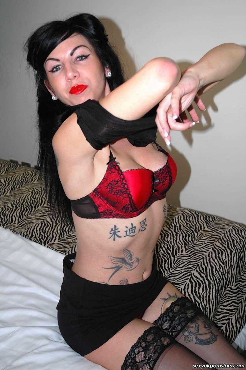 Джина Линн Джеймсон – раскованная брюнетка, которая с кайфом демонстрирует себя со всех сторон