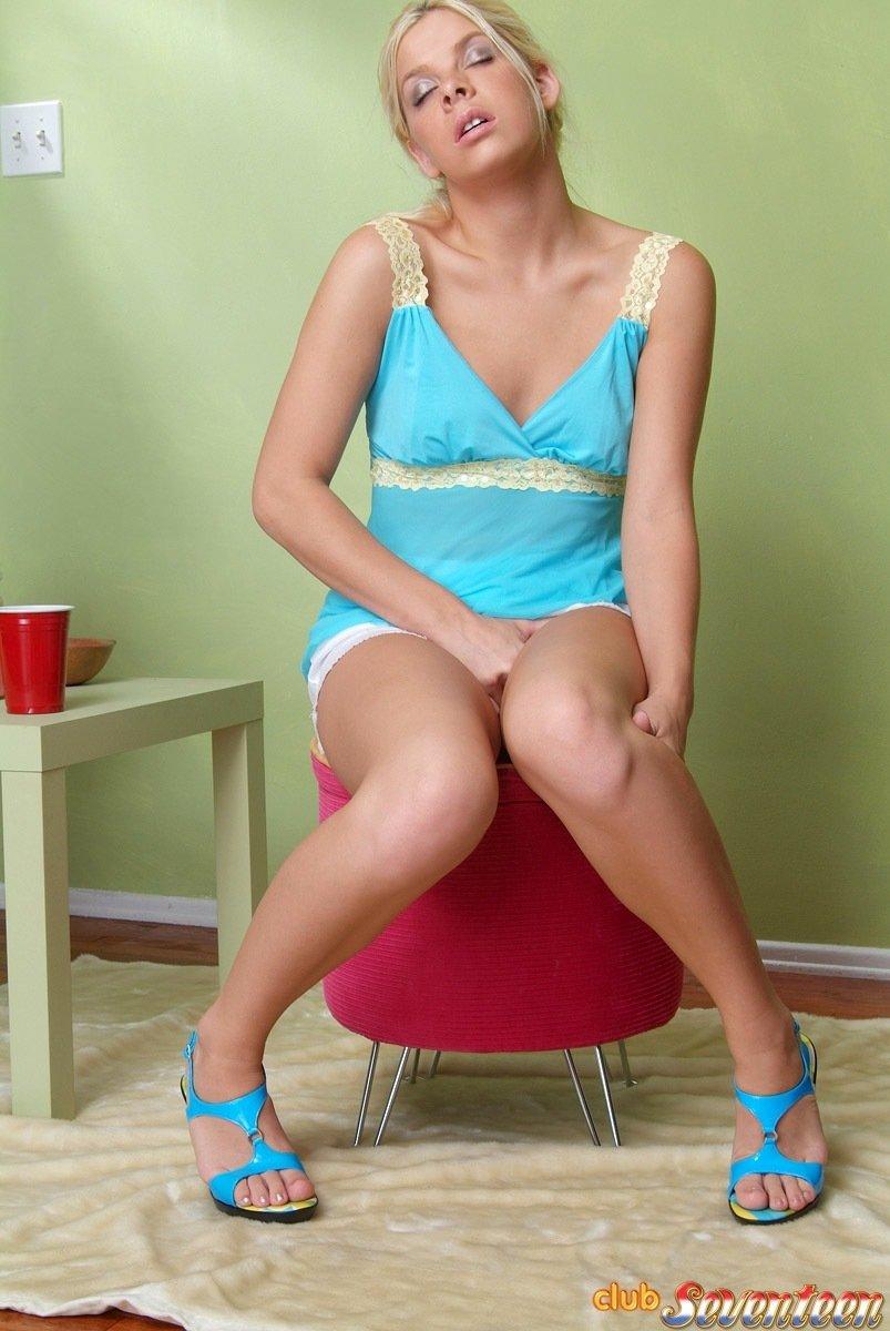 Попив чаю, светловолосая девушка задрала ноги и начала мастурбировать