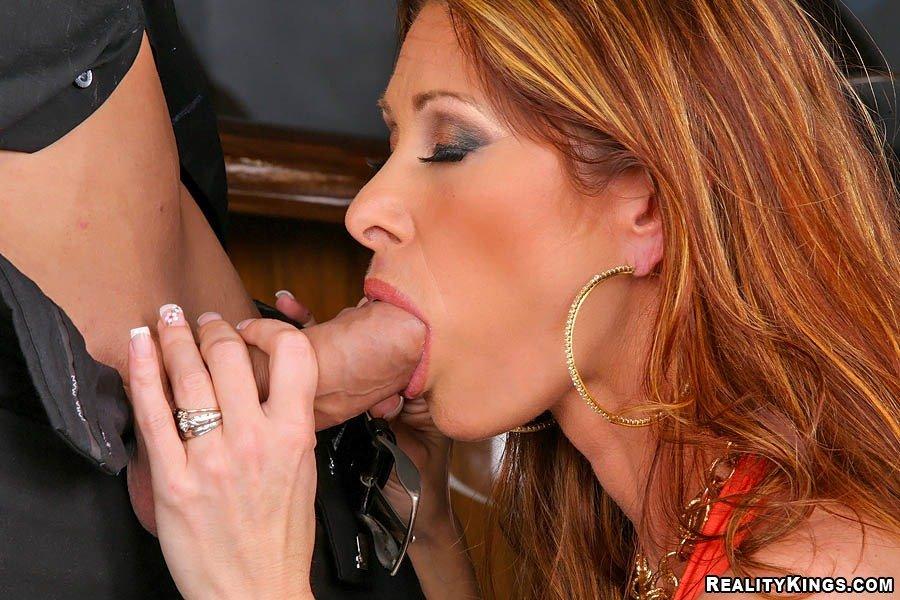 Сексуальная мамаша в носках Tiffany Minx возбуждает громадную загоревшую грудь, а потом дает везучему бармену трахнуть свою попку