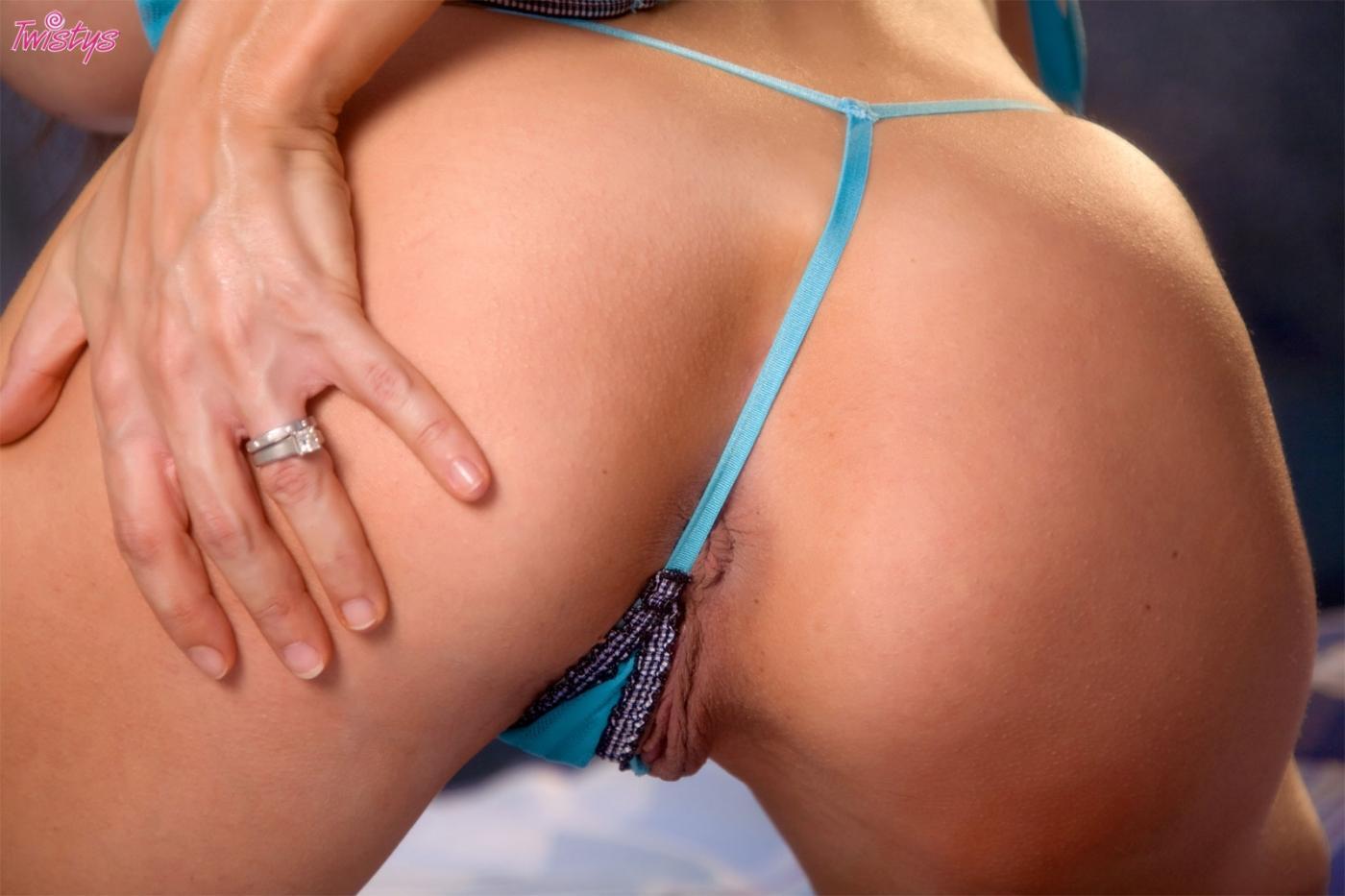 Титькастая мамуля McKenzie Lee в горячем светло-синем нижнем белье выставила напоказ свою розовую щель
