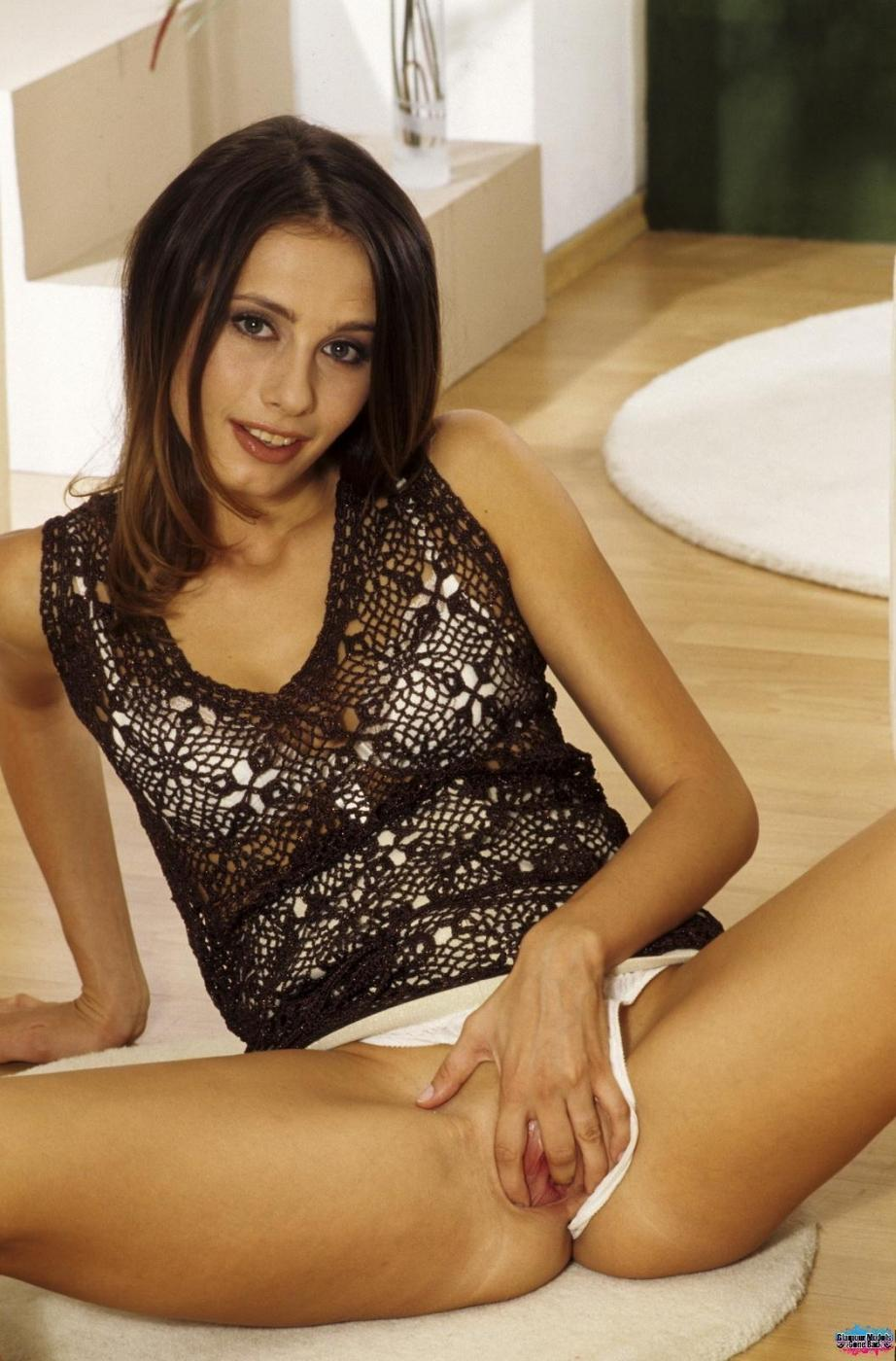 Стройная шатенка Gigi Lightspeed стаскивает трусики до белоснежного нижнего белья