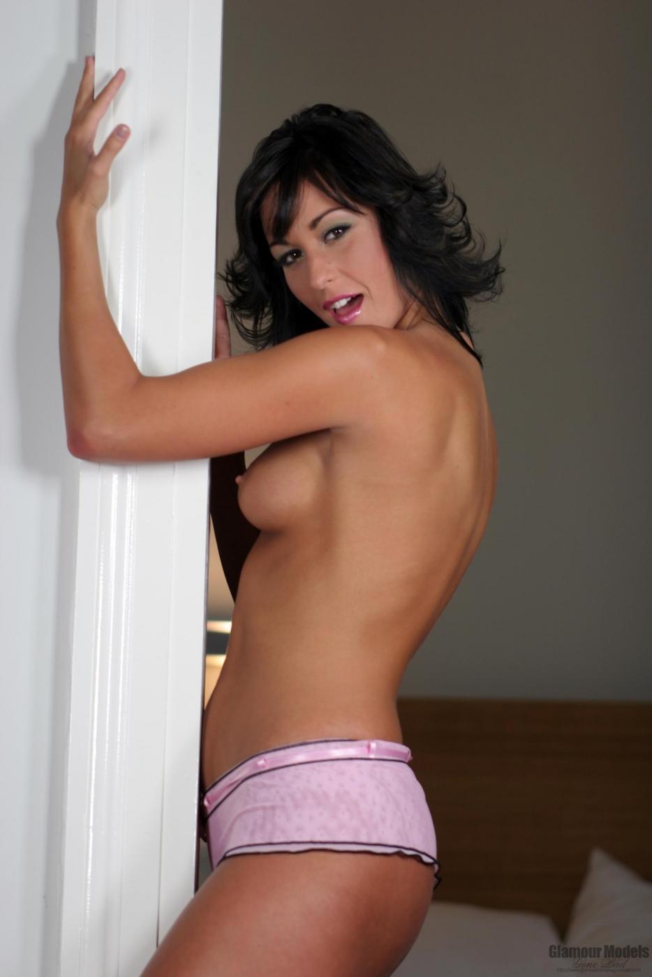 Русая порноактрисса с маленькими сиськами Simone Peach снимает свое розовое нижнее белье и играется с самотыком