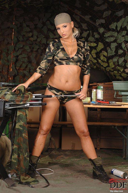 Военная малышка Eve Smile в сапогах и форме