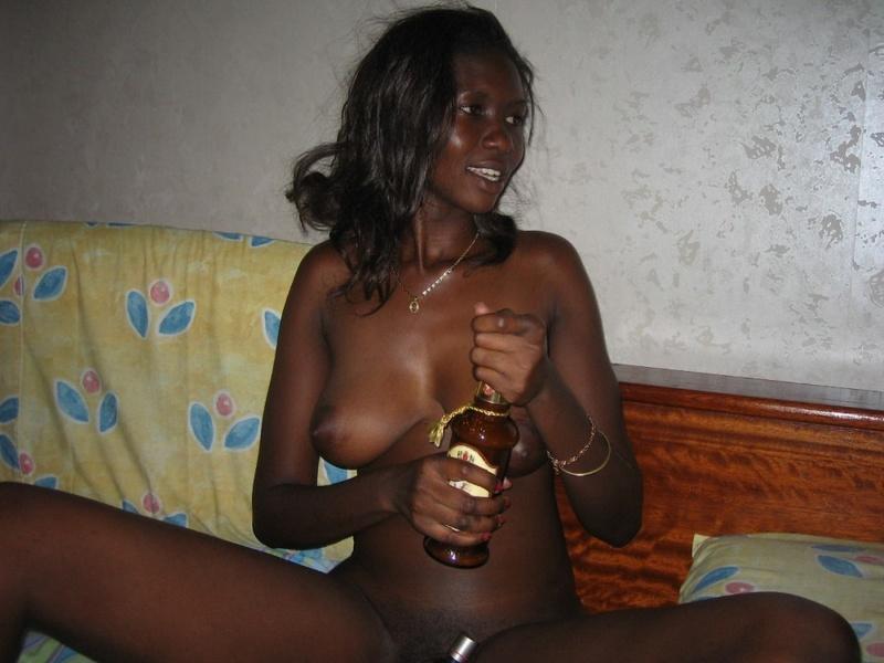 Пьяная негритоска разводит руками половые губки