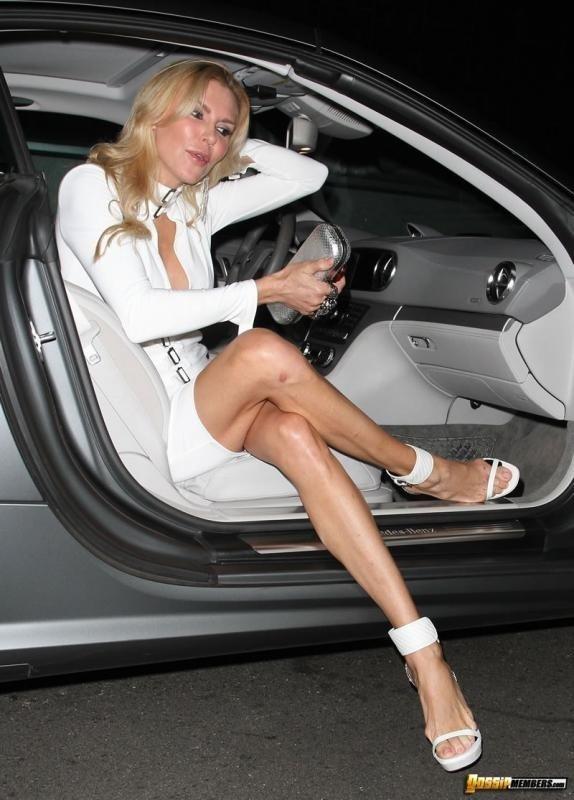 Brandi Glanville не одела трусы под юбкой и случайно обнажила своей голой писькой